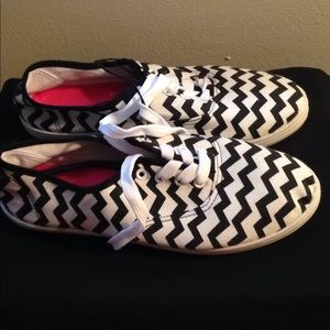 Nonbrand black & white flat sneakers NEW 7